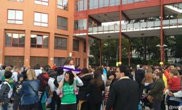 Protesta de padres frente al Ayuntamiento de Coslada