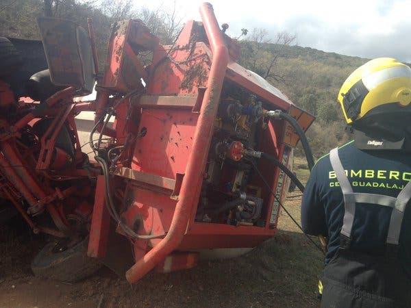 Los bomberos de Guadalajara llevan todo el día extrayendo el propano del camión accidentado