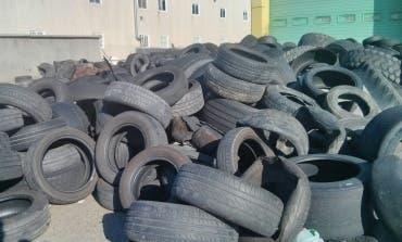 Alertan del peligro de un almacén de neumáticos «abandonado y descontrolado» en Alcalá