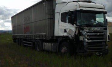 Un muerto tras colisionar un turismo y un camión en Guadalajara