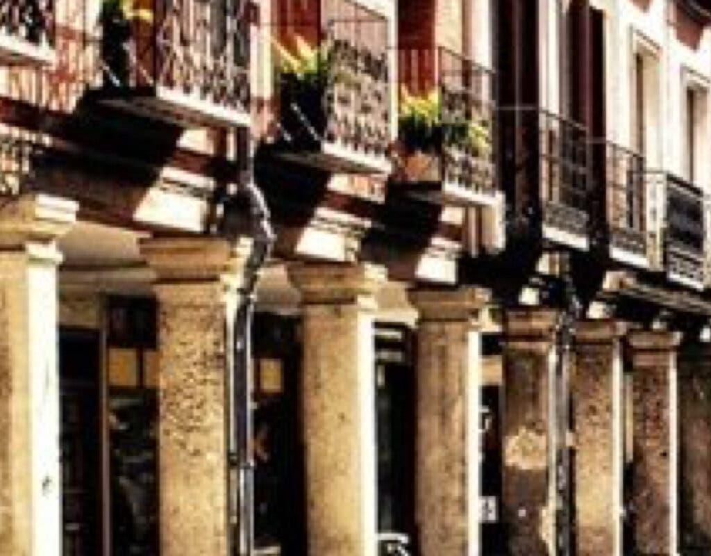 Les exigen 3.000 euros para reparar cada columna de la Calle Mayor de Alcalá
