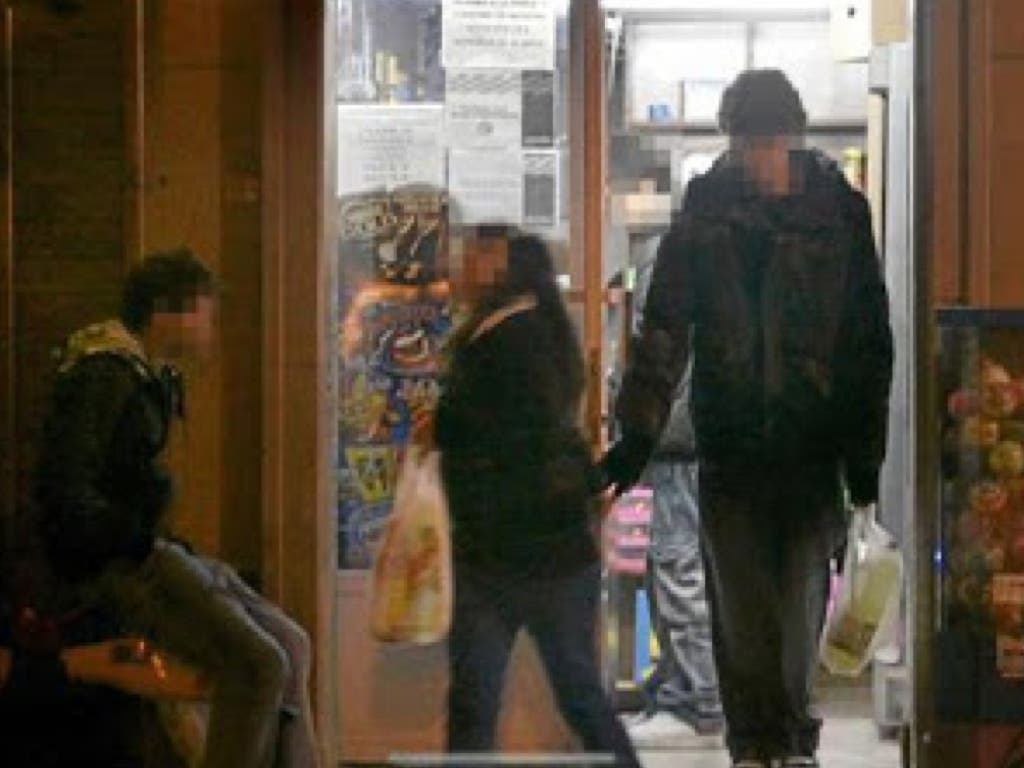Alertan de la venta ilegal de alcohol a menores en comercios de Alcalá y del consumo en la calle