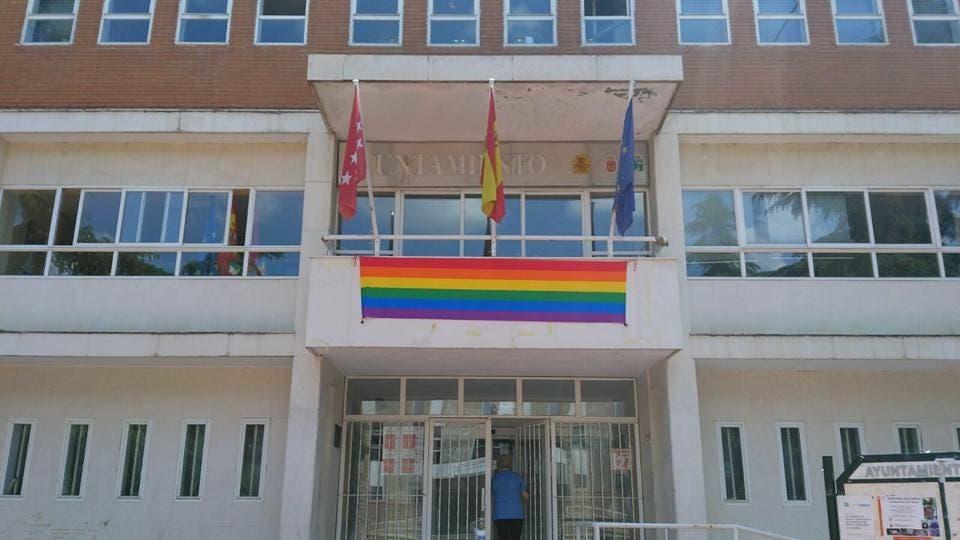Mejorada coloca la bandera gay en todos los edificios municipales
