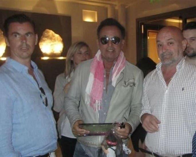 El alcalde de Peralejos de las Truchas junto a Bruce / Europa Press