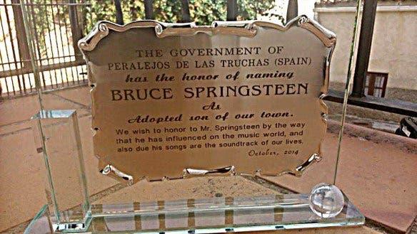 Placa entregada a Bruce / Ayto.