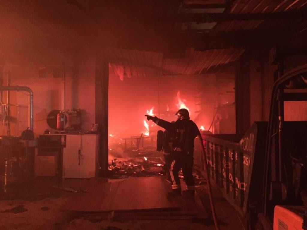 Arden tres naves de un polígono de Velilla de San Antonio