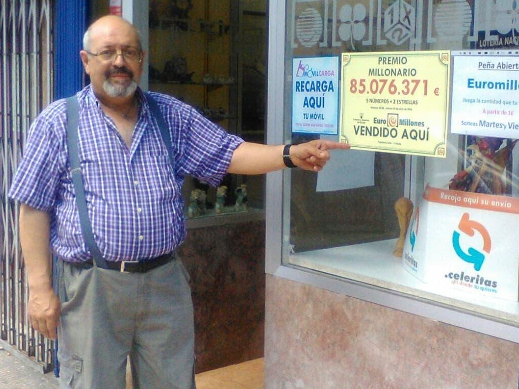 Ángel en su administración de Coslada junto al premio vendido. Imagen facilitada a MiraCorredor.tv