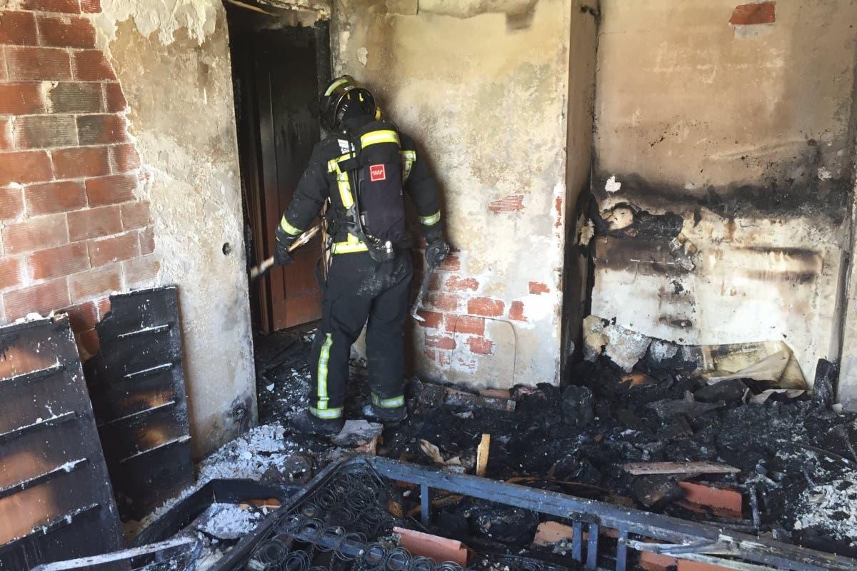 Cuatro heridos leves en el incendio de un piso en Coslada
