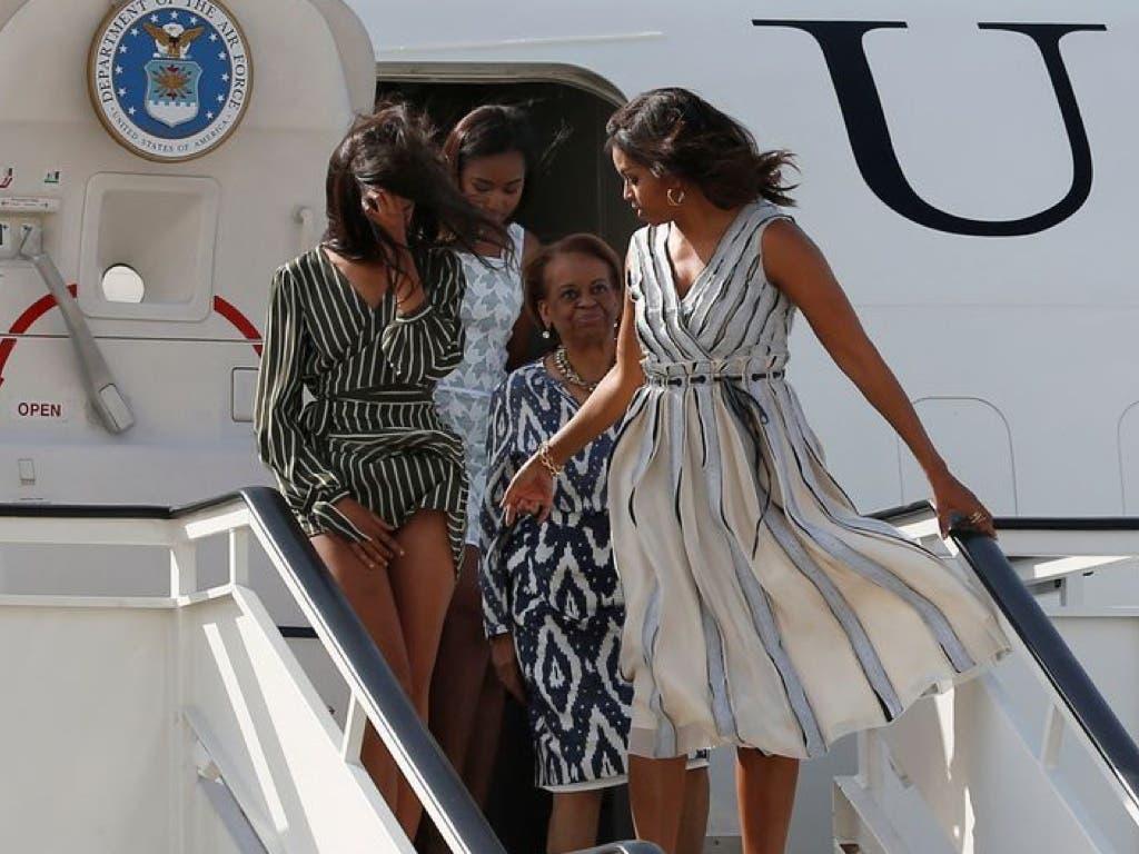 Michelle Obama junto a su madre y sus dos hijas en su llegada a la Base de Torrejón. (REUTERS).