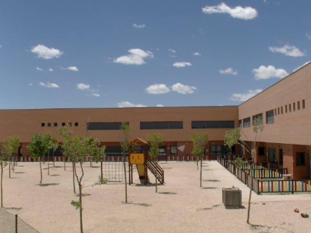 El alcalde de Torrejón ofrece una solución para la ausencia de sombra en el colegio Beethoven