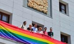 Torrejón coloca la bandera gay en el balcón del Ayuntamiento