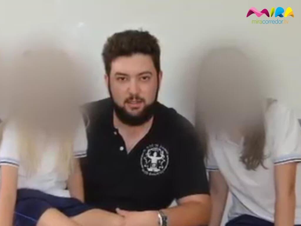 Imagen tomada de uno de los vídeos en los que el supuesto pederasta aparece con varios alumnos de los centros que visita.