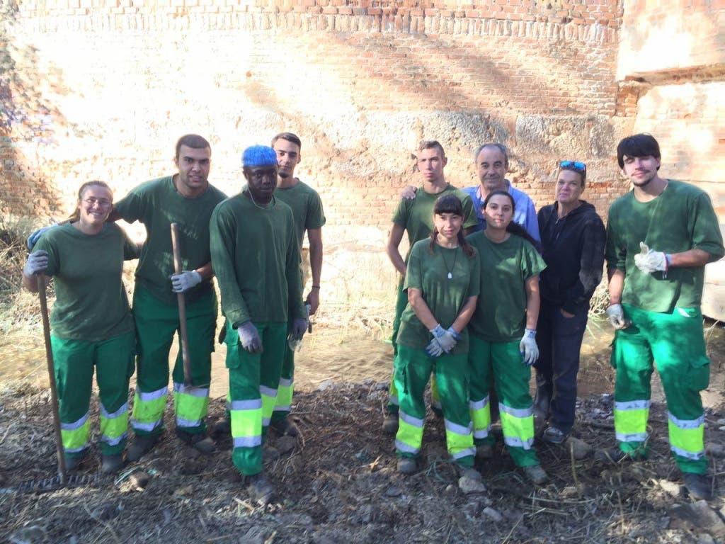 Grupo de jóvenes del Plan de Inserción Laboral que ha descubierto la inscripción (Ayto. de Alcalá de Henares).
