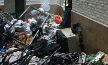 Tres intoxicados por el incendio de una vivienda llena de basura en Madrid