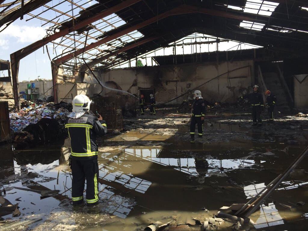Los Bomberos siguen trabajando un día después en el devastador incendio de Alcalá