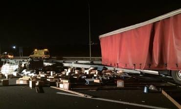 Un camión esparce su carga en la M-45 (San Fernando) tras colisionar contra un turismo