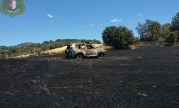 Un incendio en Brihuega calcina un coche de la Guardia Civil y deja a dos agentes intoxicados