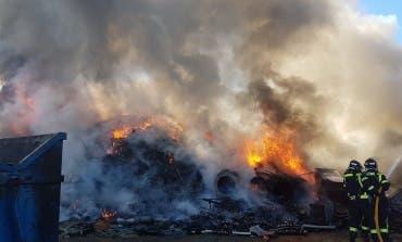 Incendio en una nave de chatarra a cielo abierto en Vicálvaro