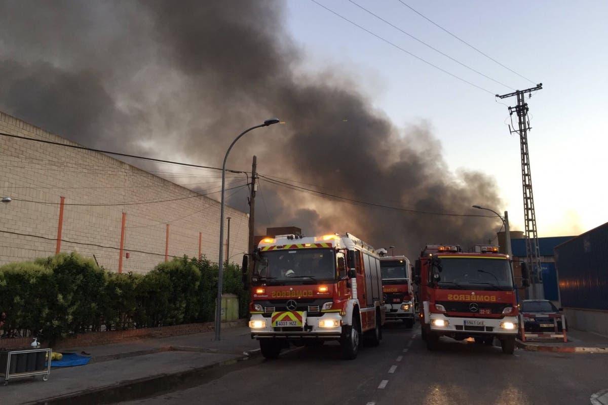 Incendio en una nave de un polígono industrial de Alcalá de Henares