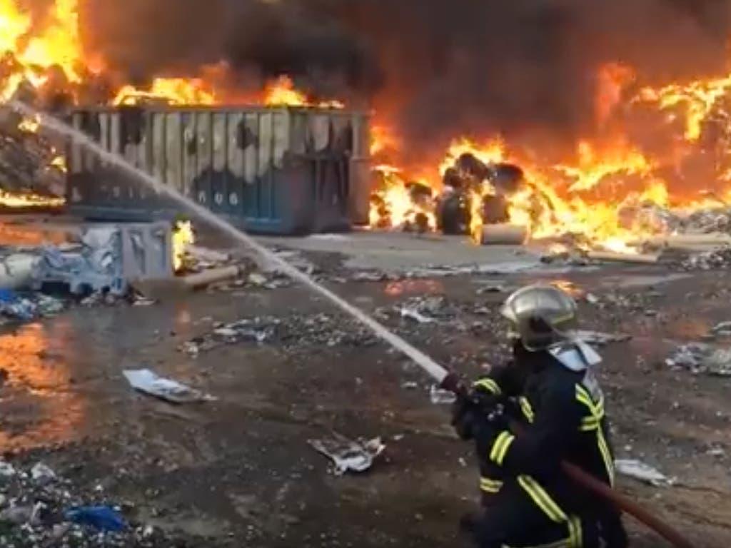 Espectacular incendio en una nave de reciclaje de papel en Arganda