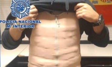 Detenido en Barajas con 122 paquetes de cocaína adosados a su cuerpo