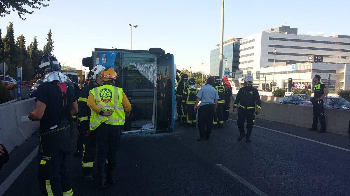 15 heridos al volcar un autobús de la EMT