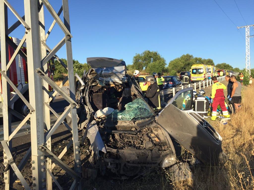 Dos heridos graves al chocar su vehículo contra un poste en la M511