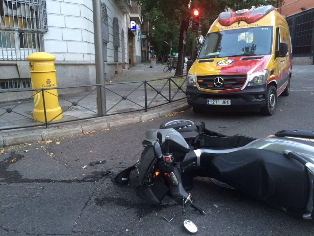 Dos heridos, uno muy grave, tras ser atropellados por una moto en Madrid