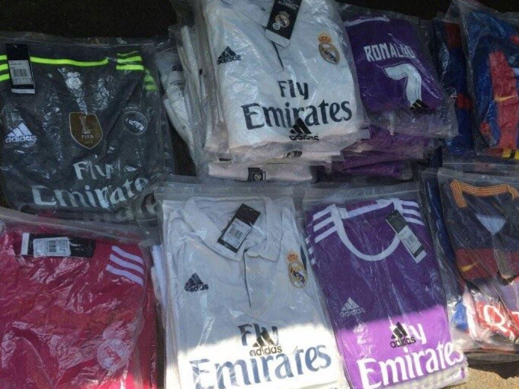 Localizan en el maletero de un coche un centenar de camisetas de fútbol falsificadas