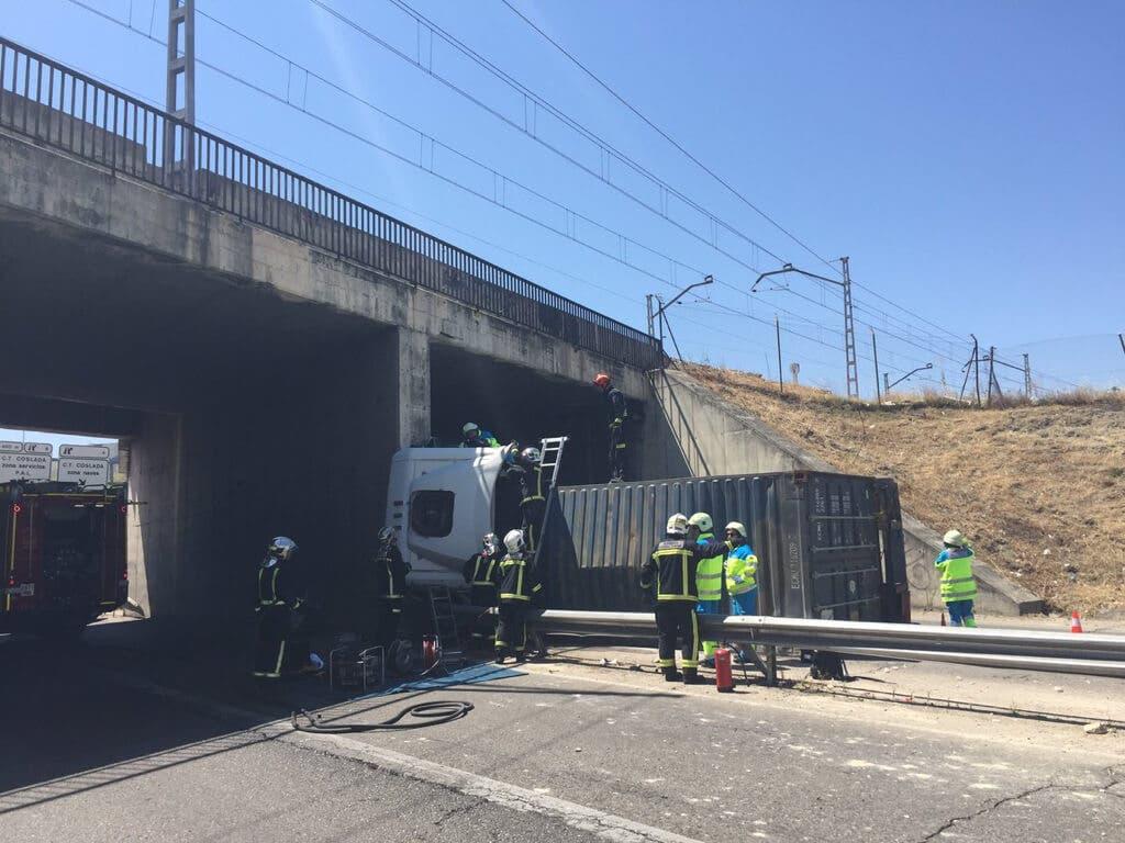 Muere un camionero tras colisionar contra un puente en Coslada