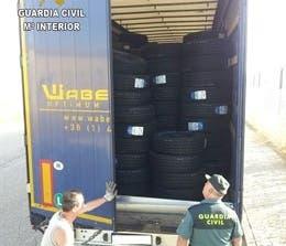 5 detenidos por sustraer de un camión 142 neumáticos en Cabanillas