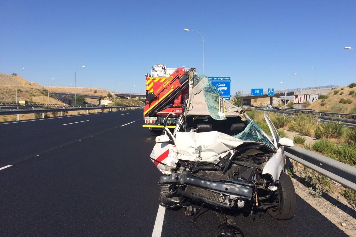 Dos heridos graves tras impactar un taxi contra una grúa en la M-45