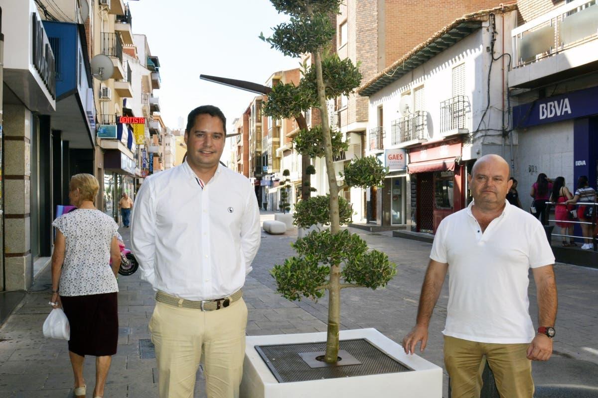 La calle Enmedio de Torrejón estrena jardineras