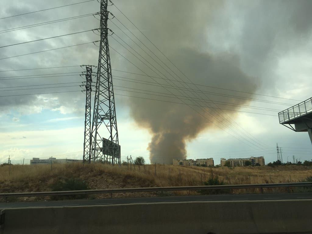 Un incendio en Alcalá provoca una enorme columna de humo visible desde la A-2