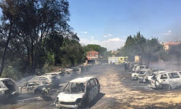 32 coches calcinados en el incendio de un parking en Paracuellos de Jarama