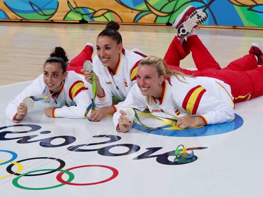 Silvia Domínguez, Laura Quevedo y Laura Gil celebran la medalla de plata (EFE).