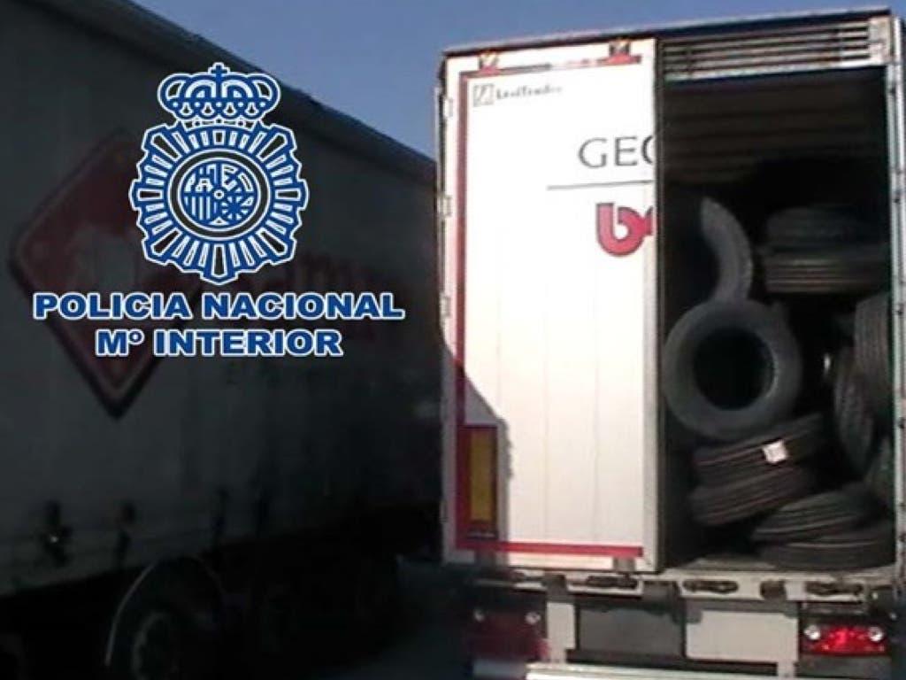 Detenidos por robar un remolque con más de 700 neumáticos en Alcalá