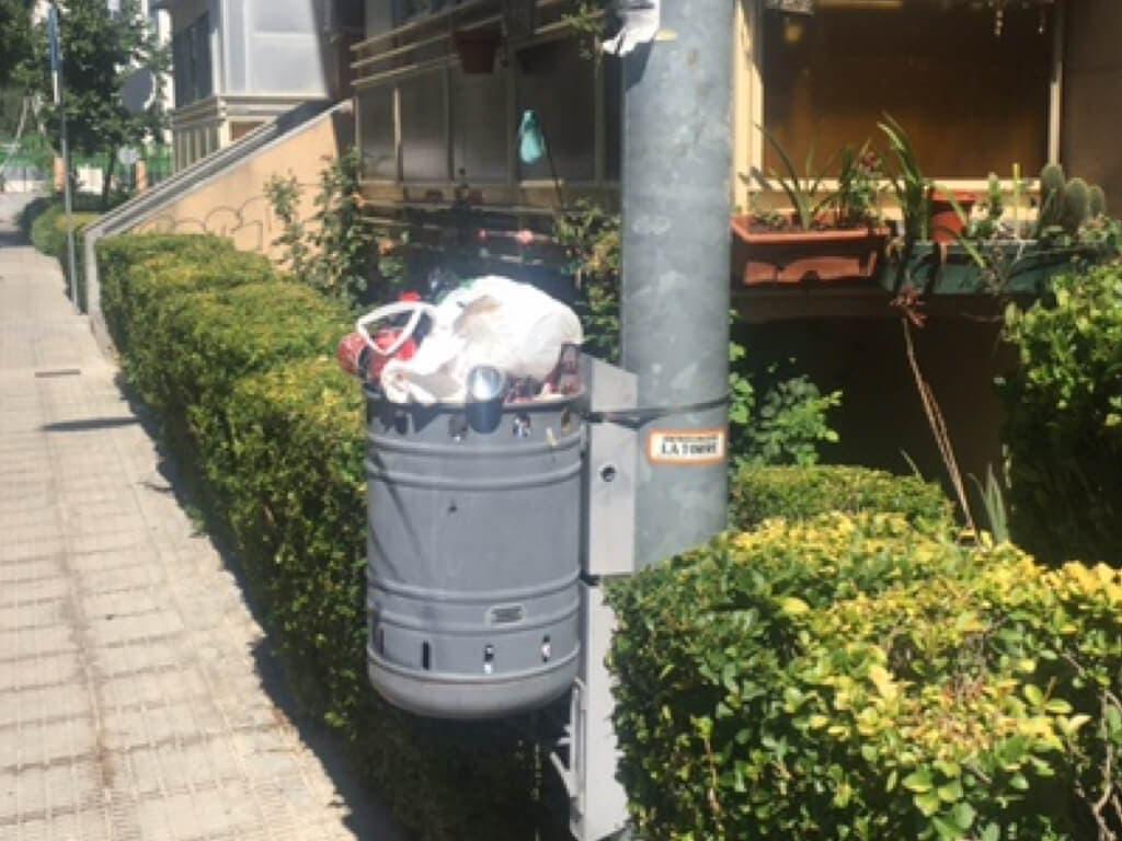Vecinos de Coslada recogen firmas ante la falta de limpieza en las calles