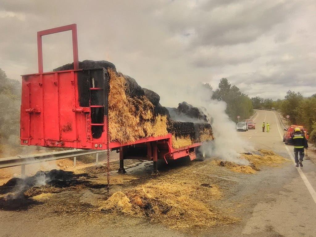 Aparatoso incendio de un camión cargado de paja en Guadalajara