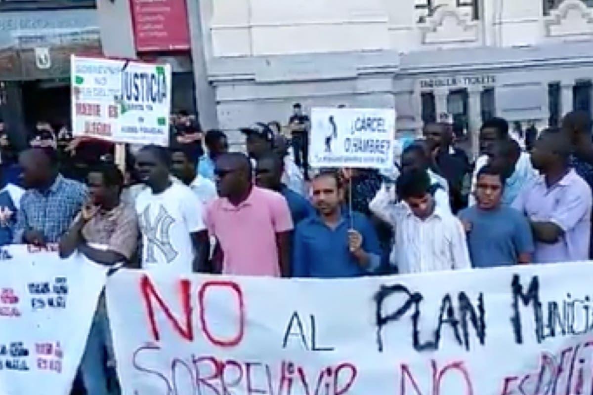 Los manteros se concentran contra el Ayuntamiento de Madrid