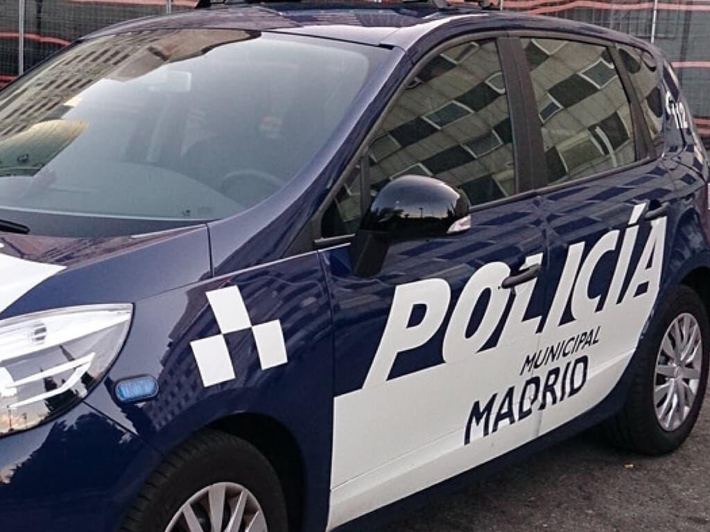 Herida una mujer en Vallecas tras ser arrollada por un coche de Policía aparcado