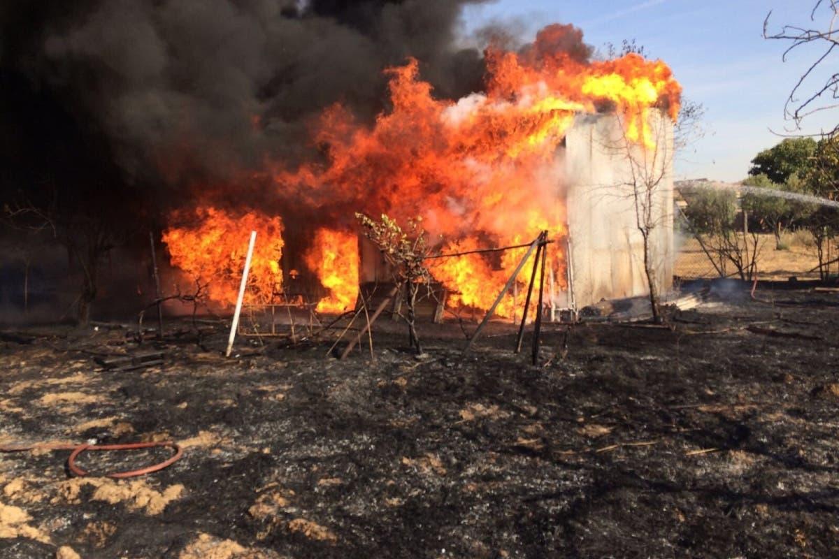 Un incendio calcina un camión dentro de un taller en San Fernando