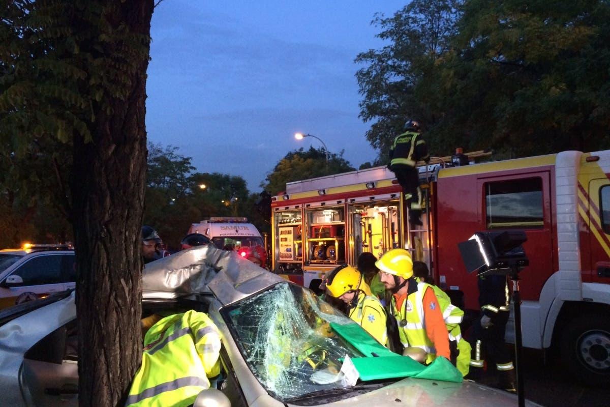 Un coche se estrella contra un árbol en Entrevías dejando dos menores heridos