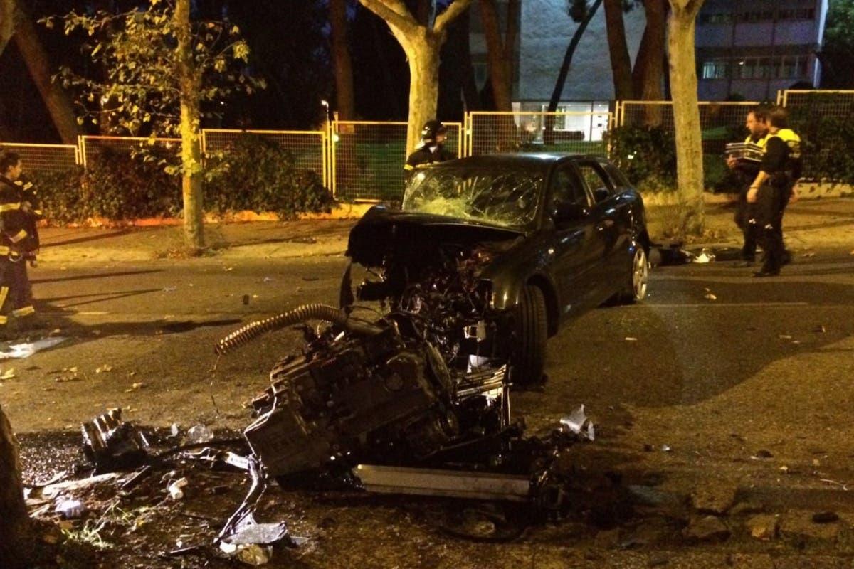 Queda atrapada en el coche tras estrellarse contra un árbol