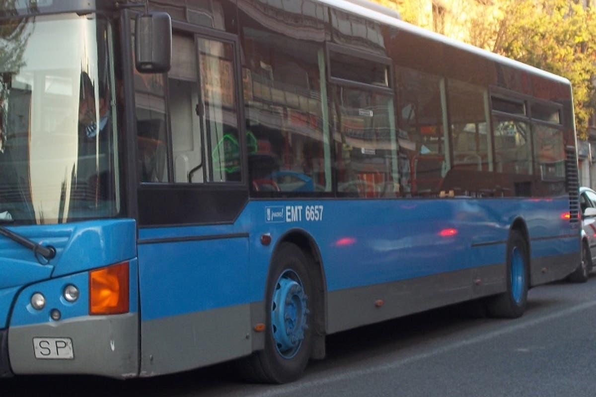 Un conductor de la EMT evacúa un bus tras enterarse de la muerte de su padre