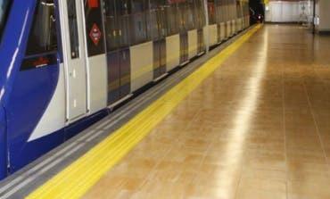 Un vigilante de seguridad, lanzado a las vías del Metro por unos grafiteros
