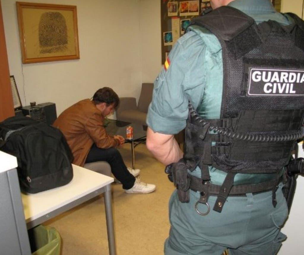 Patrick junto a un agente de la Guardia Civil en el aeropuerto de Barajas (O Globo TV)