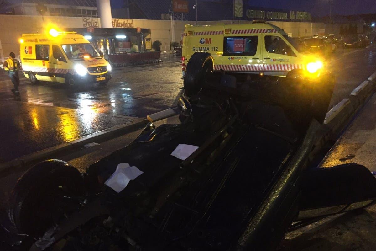 Dos jóvenes heridos tras volcar su coche en el parking de La Dehesa, en Alcalá