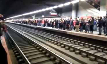 Decenas de hinchas del Atlético cantan el himno en el Metro pese a la derrota
