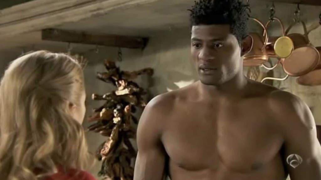 El actor Ricardo Nkosi Kiala, en una escena de la serie Doctor Mateo (Antena 3).